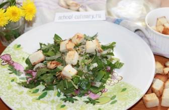 Салат из листьев одуванчиков, с луком, чесноком, горчицой и домашними сухариками