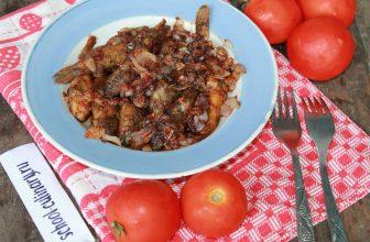 Жареные бычки с томатным соусом и луком
