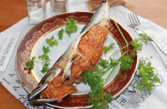 Скумбрия запеченная с морковью и луком