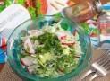 Салат из капусты редиса и огурцов с луком и петрушкой
