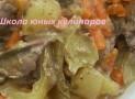 Простая куриная печень тушеная в сметане с овощами (лук, морковь, сладкий перец)