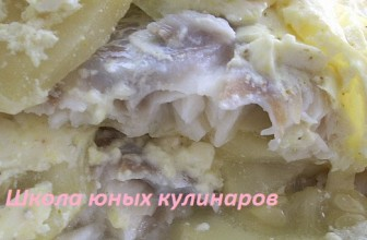 Простая треска с кабачками, запеченная в сметане